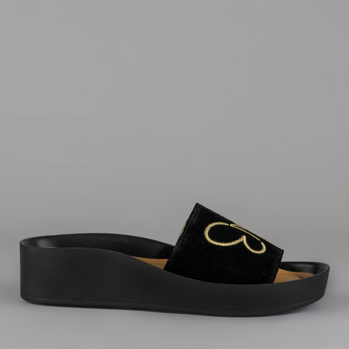 Czarne klapki ze złotym haftem